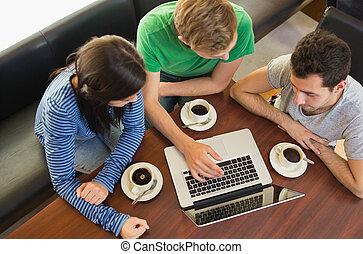 estudantes, usando computador portátil, enquanto, comendo café, em, loja café