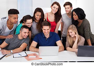 estudantes, usando, universidade, laptop, junto