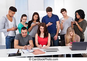 estudantes, usando, universidade, telefones móveis