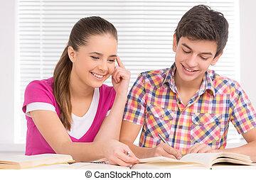 estudar, junto., alegre, menino adolescente, e, menina, sentando, perto, um ao outro, e, fazendo, dever casa