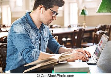 estudar, sorrindo, estudante masculino