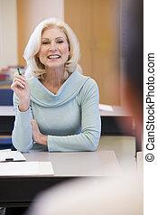 estudiante adulto, en la clase, con, profesor, (selective,...