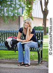 estudiante, banco, joven, hembra, sentado