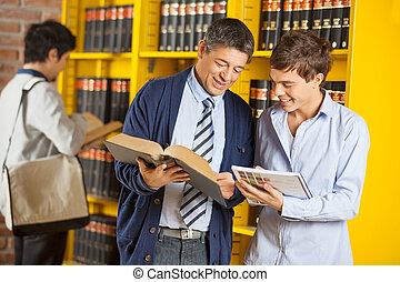 estudiante, bibliotecario, ayudar, universidad, biblioteca