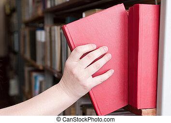 estudiante, chooses, libro, primer plano