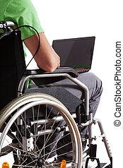 estudiante, con, computador portatil, en, sílla de ruedas