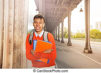 estudiante, con, libro de texto, el dar un paseo, en, parís, calles