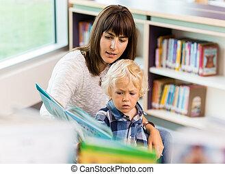 estudiante, con, profesor, libro de lectura, en, biblioteca