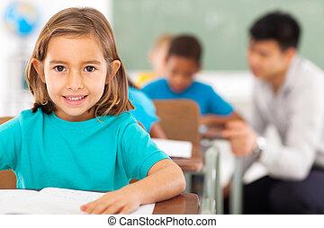 estudiante de la escuela primaria, en, aula