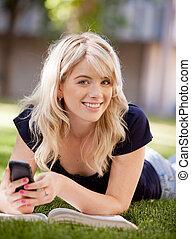 estudiante de la universidad, con, teléfono celular