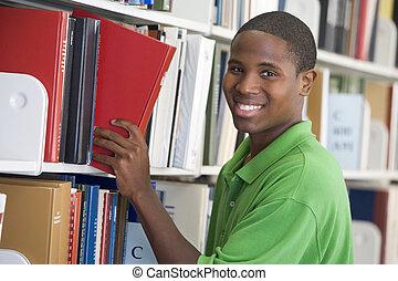 estudiante de la universidad, escoger, libro, en, biblioteca