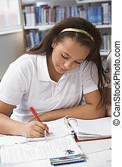 estudiante, estudiar, en, biblioteca