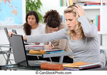 estudiante femenino, usar la computadora portátil, en la clase, en, colegio