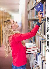 estudiante maduro, escoger, afuera, libro, en, biblioteca