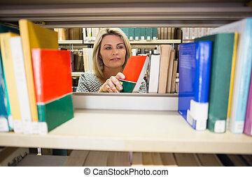 estudiante maduro, toma, un, libro, en, biblioteca