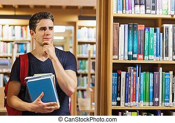 estudiante, posición, en, el, estante libros, pensamiento