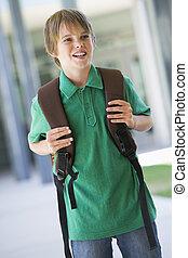 estudiante, posición, exterior, escuela, sonriente, (selective, focus)