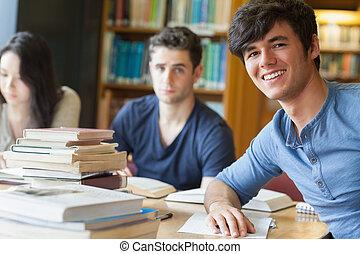 estudiante, propensión, en la mesa, sonriente