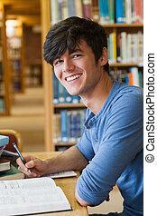estudiante, sentado, en, el, biblioteca