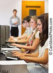 estudiante, sentado, en, el, computadora, concentrar