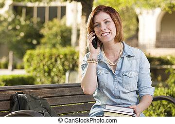 estudiante, sentado, joven, banco, teléfono celular, exterior, hembra, utilizar