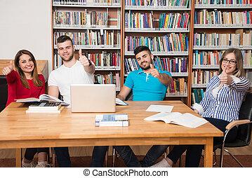 estudiantes, actuación, arriba, biblioteca, pulgares