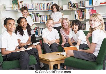 estudiantes, biblioteca de la escuela, trabajando, menor