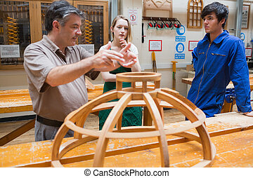 estudiantes, carpintería, dos, explicar, profesor, clase