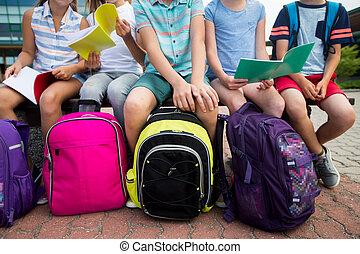 estudiantes, con, escuela, mochilas, y, cuadernos