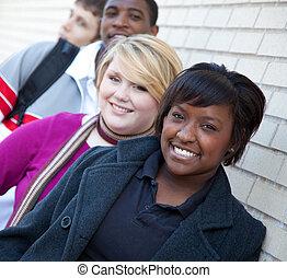 estudiantes, contra, pared, colegio, multi-racial, ladrillo