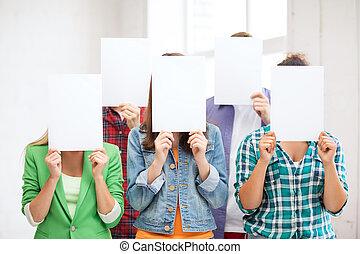 estudiantes, cubierta, caras, con, blanco, papeles