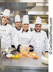estudiantes, culinario, pastel, sonriente, profesor