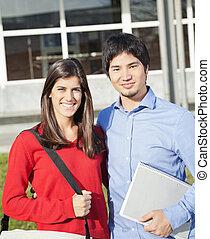 estudiantes de la universidad, posición, juntos, en, campus