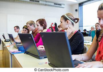 estudiantes de la universidad, sentado, en, un, aula, usar la computadora portátil, computadoras, durante, clase, (shallow, dof)