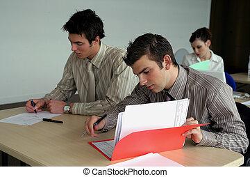 estudiantes, duro en el lugar de trabajo, en la clase