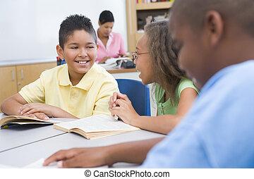 estudiantes, en la clase, lectura, con, profesor, en, plano de fondo, (selective, focus)