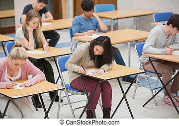 estudiantes, escritura, en, el, examen, vestíbulo