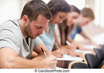 estudiantes, examen, serio, sentado