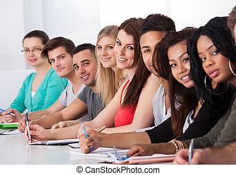 estudiantes, fila, escritorio, colegio, sentado