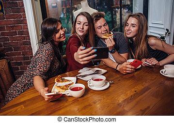 estudiantes, foto, toma, mientras, juntos, alegre, teléfono...