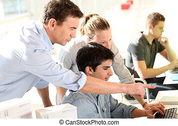 estudiantes, frente, computadora, profesor, escritorio