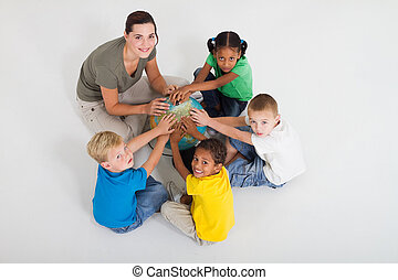 estudiantes, globo, profesor, manos