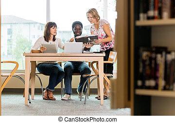 estudiantes, mirar, libro, biblioteca, bibliotecario