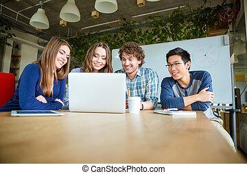 estudiantes, sentado, en, aula, y, usar la computadora portátil