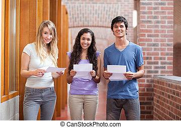 estudiantes, tenencia, pedazo, sonriente, papel