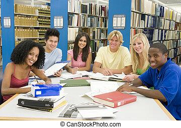 estudiantes, universidad, grupo, biblioteca, trabajando