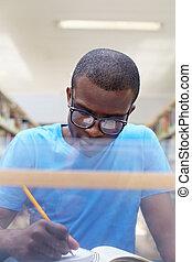 estudiar, hombre, joven, biblioteca, africano