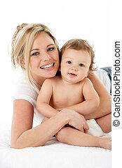 estudio, retrato, de, madre, con, joven, bebé, niño