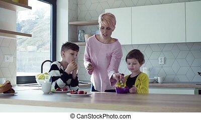 eten, jonge, kitchen., twee, fruit, moeder, kinderen