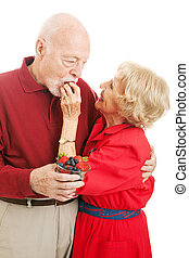 eten, senior koppel, besjes, gezonde